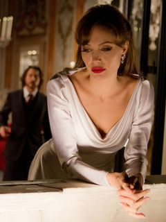 拷問シーンが最も似合う女優アンジー、『ツーリスト』でセクシーな唇にナイフ!