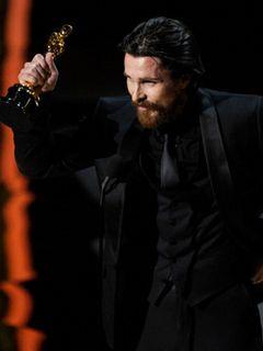 アカデミー賞助演男優賞は『ザ・ファイター』のクリスチャン・ベイルが初受賞!妻に喜びのキッス!