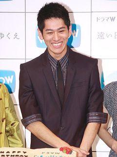 永山絢斗、22歳のお祝いに満面の笑み! 亡き父親に関する質問に静かにうなずく