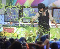 ジョニー・デップ、客席にスライムばらまき大騒ぎ キッズ・チョイス・アワードでお気に入りの男優賞を受賞
