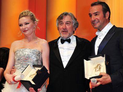 (左から)女優賞のキルステン・ダンスト、審査委員長ロバート・デ・ニーロ、男優賞ジャン・デュジャルダン