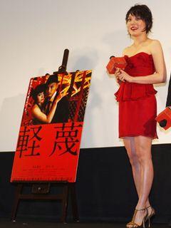 鈴木杏、妖艶!真紅の口紅&セクシーな超ミニドレスで登場!体当たり演技で新境地開いた『軽蔑』が初日