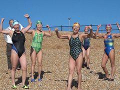 50~60代の女性6人がドーバー海峡横断リレーに挑むドキュメンタリー『ドーバーばばぁ 織姫たちの挑戦』
