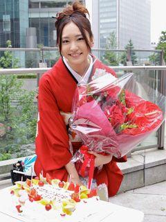 新垣結衣、23歳の誕生日を華やかに赤い着物でお祝い!初主演ドラマがクランクイン!