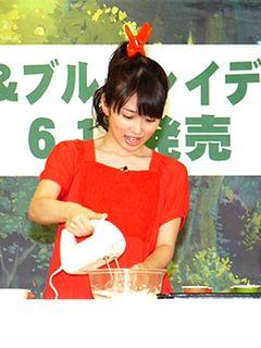 志田未来、まるでアリエッティ!髪の毛に洗濯バサミと赤いドレスで登場!大好きな父親のためにマフィン作りに挑戦
