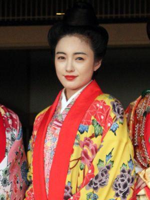 仲間由紀恵、艶やかな琉装姿で登場!安室奈美恵の主題歌に感激!!