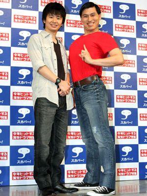 赤いシャツにデニムをはいている春日のお笑いコンビ「オードリー」の画像