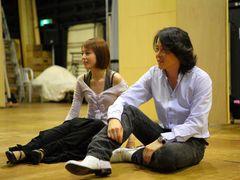 平野綾、初ミュージカルのけいこ場写真を公開!相手役の河村隆一と共にリラックス
