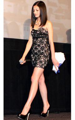 黒木メイサ、肌を露出したドレスで超長の脚を披露!クールビューティはやせ我慢の賜物?