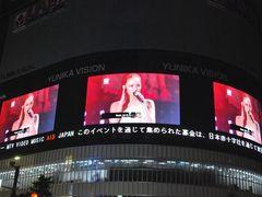 安室奈美恵、震災後初ステージ! レディー・ガガのクモの巣ライブに新宿東口も熱狂!