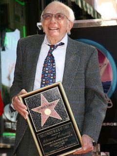 全米で愛されたドラマのクリエイター、シャーウッド・シュワーツさん 94歳で死去
