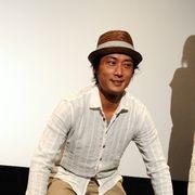妻・辺見えみりとの話題を振られた俳優・松田賢二が突然、謎の土下座!