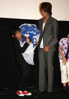 加藤清史郎、なでしこジャパンの安藤梢選手からなでしこの花束プレゼント!でも重くてヨロヨロ~