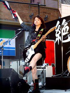 SCANDAL、炎天下の歌舞伎町でゲリラライブ!1,000人を超えるファンが詰めかけ新宿は騒然!