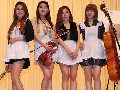 メイドコスプレにノリノリ!? 実力派 K-POPグループのバニラルーシー!(左から、ソラ、ジヨン、ウンファ、ヒェラ)
