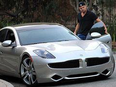 ディカプリオ、超カッコイイ環境に優しいハイブリッドスポーツカー最新モデルを購入で大満足!