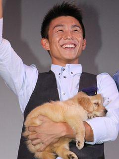 「犬のおまわりさん」で初主演を果たした芸歴11年「ROOKIES」の中尾明慶、でも本当の主役はゴールデンレトリバー犬のチョボ