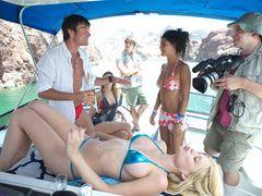 ビキニ美女の体でテキーラを飲む!まるで女体盛り!『ピラニア3D』セクシー過ぎる禁断の映像解禁!