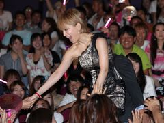 浜崎あゆみ、異例の写真撮影OKのサプライズ!至近距離でファンと交流!