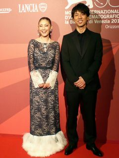 常盤貴子、ベネチアの観客を魅了!ボディラインも艶かしいシースルーのロングドレス姿で登場!