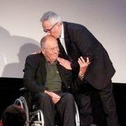 名誉金獅子賞を受賞のマルコ・ベロッキオ監督がプレゼンターのベルナルド・ベルトルッチ監督にキス!