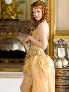 ミラ・ジョヴォヴィッチが悩殺ポーズ!『三銃士』でのクラシックなセクシーランジェリー姿にクラクラ!