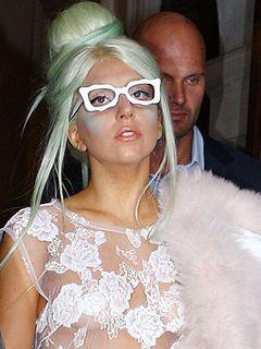 レディー・ガガ、ノーブラ&下着が透けて見えるスカートの純白シースルードレス姿で普通にロンドンの街に登場!
