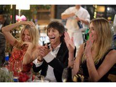 ストーンズのロン・ウッド、スカーレット・ヨハンソンとのディナー権を160万円で落札!