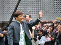ジャッキー・チェンが沿道のファンへ投げキッス!華やかに東京国際映画祭開幕!