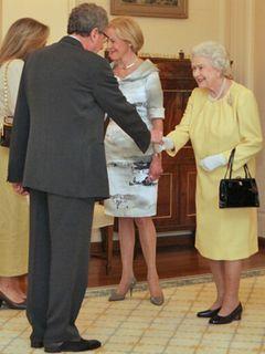 『英国王のスピーチ』で国王の言語聴覚士を演じたジェフリー・ラッシュ、本物の英国女王陛下と対面