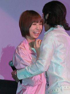 AKB48篠田麻里子にセクスィー部長・沢村一樹が乱入しハグ!会場の女子は思わずみんな腰砕け!?