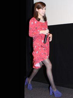 仲里依紗、ミニワンピで美脚姿を披露!22歳で演じた妊婦はまさに理想の妊婦!