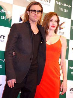 ブラピ&アンジーが東京国際フォーラムのレッドカーペットにそろって登場!手をつないで身を寄せ合い、幸せオーラ全開!