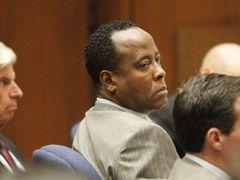 過失致死で有罪となったマイケル・ジャクソンさんの元専属医、自殺をしないよう監視される