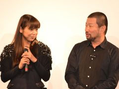 キム兄、婚約報道の相手・女優の西方凌とツーショットで登場!客席からの「おめでとう」に見つめ合い笑顔!