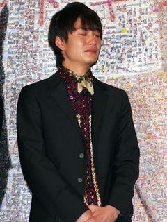 岡田将生、サプライズプレゼントに感動!榮倉奈々も思わずもらい泣きした豪快過ぎる泣きっぷり!