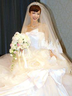ほしのあき、挙式後に会見!妊娠5か月のおなかをウエディングドレスに包んで登場!プロポーズの言葉は「内緒」