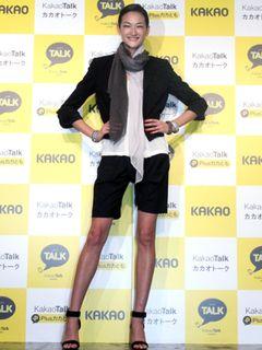 トップモデルの冨永愛、ショートパンツで美脚披露!ブラピやYOSHIKIとの華麗なる仕事を告白!