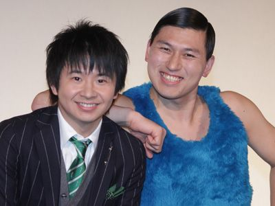 ブルーのふわふわのベストを着た春日のお笑いコンビ「オードリー」の画像