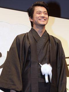 小栗旬、りりしい紋付袴姿に黄色い声援!! 「舞台あいさつにはいつも着物を着てくる」ような奴になりたい!?