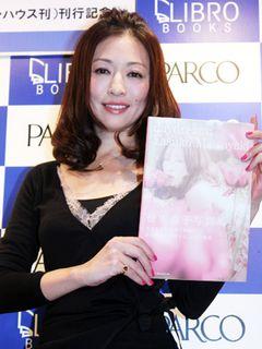 女優・松雪泰子が大人のエロスを披露!甘く官能的な写真集に自信の笑顔で「70年代のフランス映画のエロティズムを意識しました」