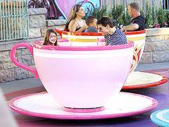 トム・クルーズ、コーヒーカップに乗って大はしゃぎ!スーリちゃんとディズニーデート!