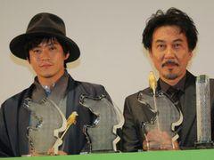 役所広司と小栗旬初共演の『キツツキと雨』が海外からオファー殺到!映画祭で獲得した4つトロフィーを前に満面の笑み!