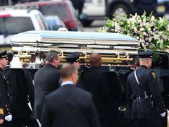 ホイットニー・ヒューストンさんが棺に安置されている写真がタブロイド誌に 葬儀社は関与を否定
