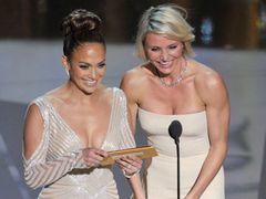 アカデミー賞授賞式、最も視聴者の注目を浴びたのは、ジェニファー・ロペスの胸ポロ疑惑の瞬間