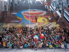 京都駅大階段に13m×15mのドラえもんが出現!!巨大ドラえもんに子どもたちもびっくり!!