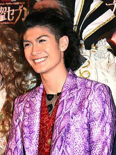 大怪盗を演じる三浦春馬、紫色の豹柄スーツで登場!新境地に「今までにない三浦春馬を見せられる」