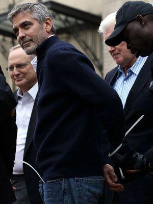 ジョージ・クルーニーが逮捕される 米ワシントンで父親と共に抗議活動中