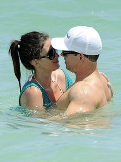 マーク・ウォールバーグ、妻レア・ダーハムとビーチで熱々