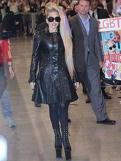 レディー・ガガ、6度目の日本上陸! 超ロングヒールとレザー衣装でファンと交流も!